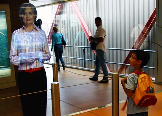 Des agents holographiques à l'aéroport d'Orly